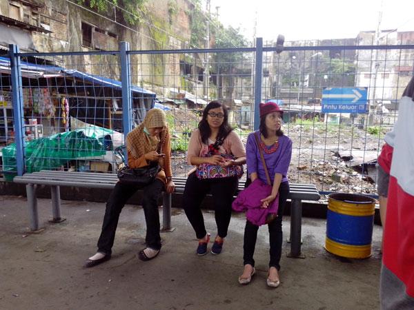 menunggu-hujan-reda-di-stasiun-Tangerang