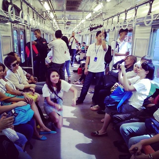 Fotoin Aku di CommuterLine AHP Tangerang Tour