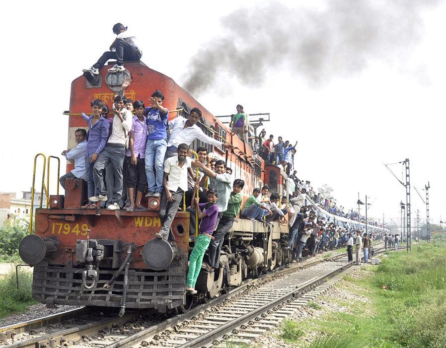 Kereta komuter di India yang menggunakan lokomotif, sangat padat (Wikipedia)